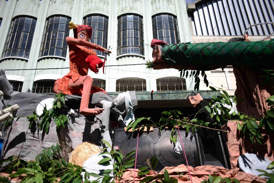 "Esta carroza representa a Roxana Baldetti y la ""selva"" en la que se ha convertido Guatemala. (Foto:Jesús Alfonso/Soy502)"