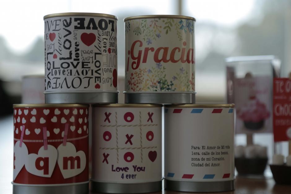Las etiquetas de los envases se pueden personalizar al gusto del cliente. (Foto: Alexis Batres/Soy502)