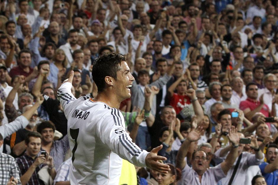 Cristiano Ronaldo celebra su primer gol durante el encuentro ante el público del Bernabéu.