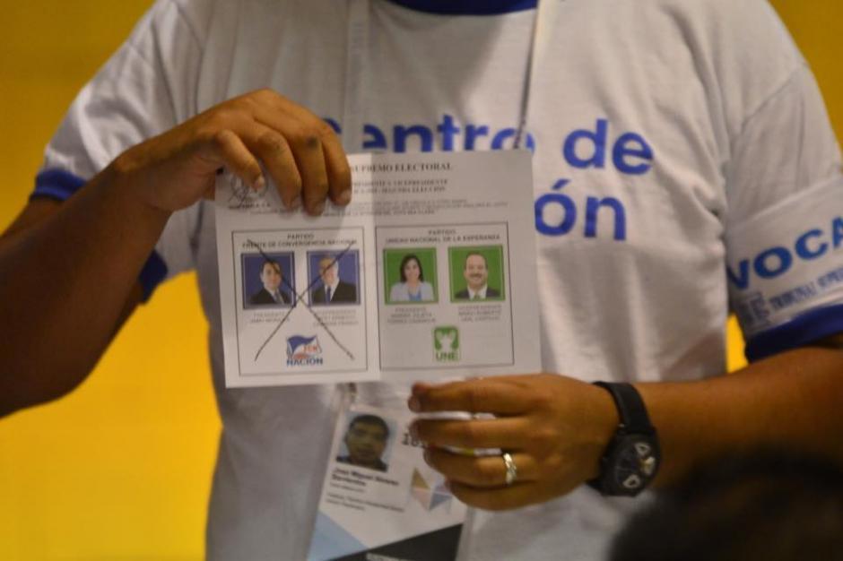 Inicio del conteo de votos en el centro electoral instalado en el Instituto Tecnico Vocacional Dr. Imrich Fischmann de la zona 13. (Foto: Jesús Alfonso/Soy502)