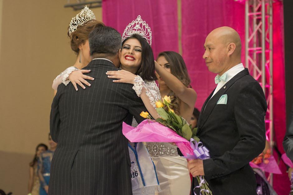 La ganadora recibe las felicitaciones de los organizadores. (Foto: Mario Ventura/Miss Teen Guatemala)