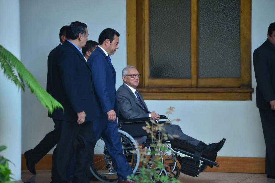 El Presidente Alejandro Maldonado Aguirre, continúa haciendo uso de la silla de ruedas. Esta mañana recibió en Casa Presidencial a Jimmy Morales, Presidente electo. (Foto: Jesús Alfonso/Soy502)