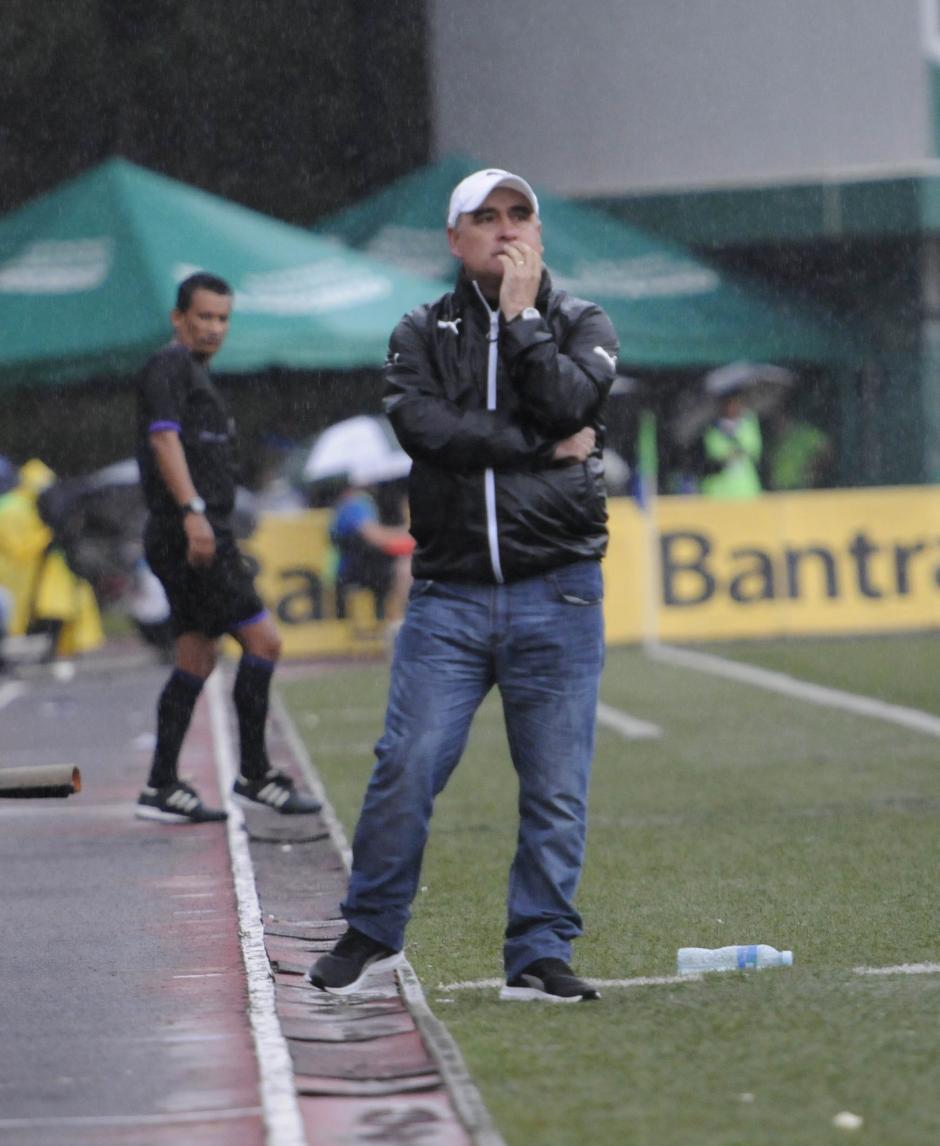 El técnico uruguayo Willy Olivera mostró su preocupación en varios pasajes del partido, su equipo no encontraba el camino para abrir el cerrojo de los Leones. (Foto: Nuestro Diario)