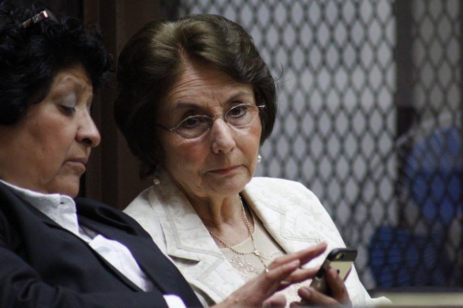 Al fondo, Beatriz Ofelia de León, madre de Roberto Barreda, quien también es acusada. (Foto: Jorge Senté/Soy502)