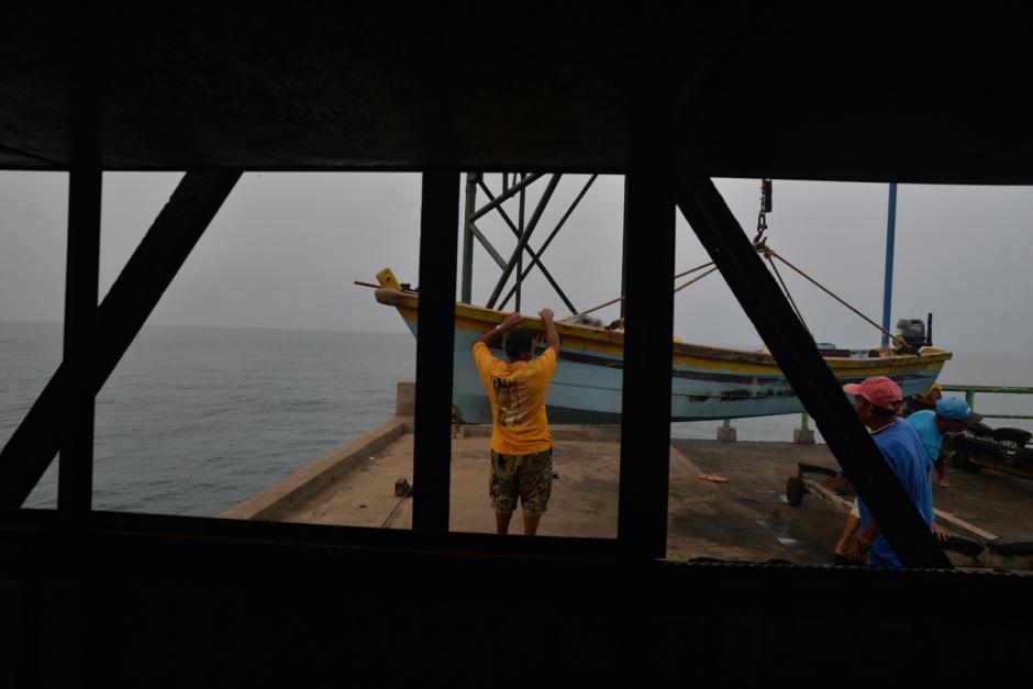 Por las mañanas las embarcaciones zarpan a pescar. (Foto: Wilder López/Soy502)
