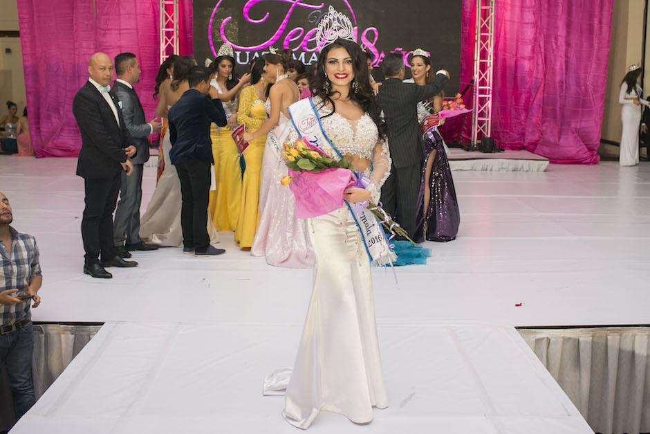 Nathalie luce con la corona y la banda de soberana. (Foto: Mario Ventura/Miss Teen Guatemala)