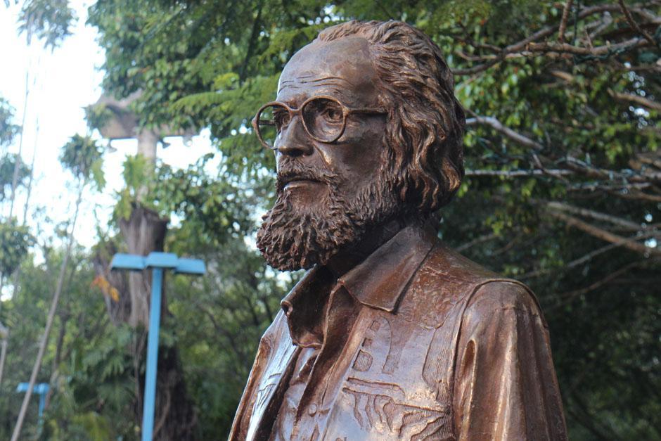 Monumento a Efraín Recinos en la plaza central del Teatro Nacional.