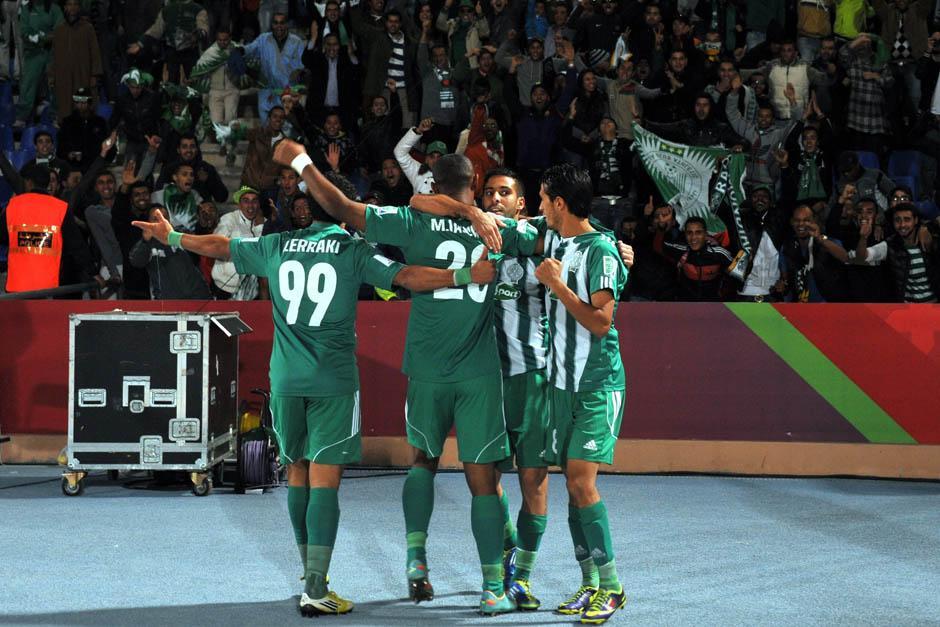 Los jugadores del Raja Casablanca de Marruecos celebran uno de los goles ante el Atlético Mineiro. (Foto: Yahya Arhab/EFE)