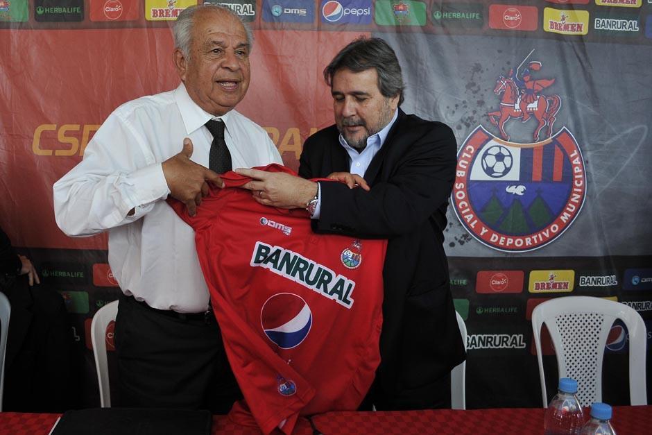 Gerardo Villa, presidente de Municipal, fue el encargado de presentar al nuevo técnico rojo. (Foto: Diego Galeano/Nuestro Diario)