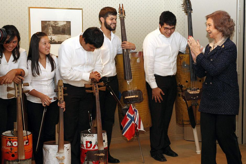 La Reina Sofía aplaude a los miembros de la Orquesta de Instrumentos Reciclados de Cateura (Paraguay). (Foto: Sergio Barrenechea/EFE)