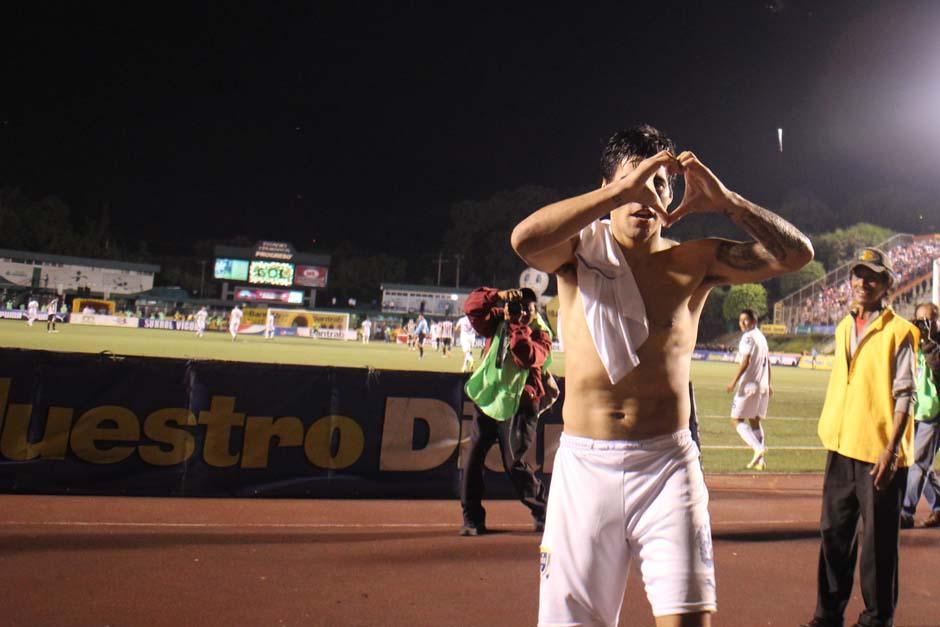 Paolo Suárez festeja el gol que le devolvió la vida Comunicaciones. (Foto: José Dávila/Soy502)
