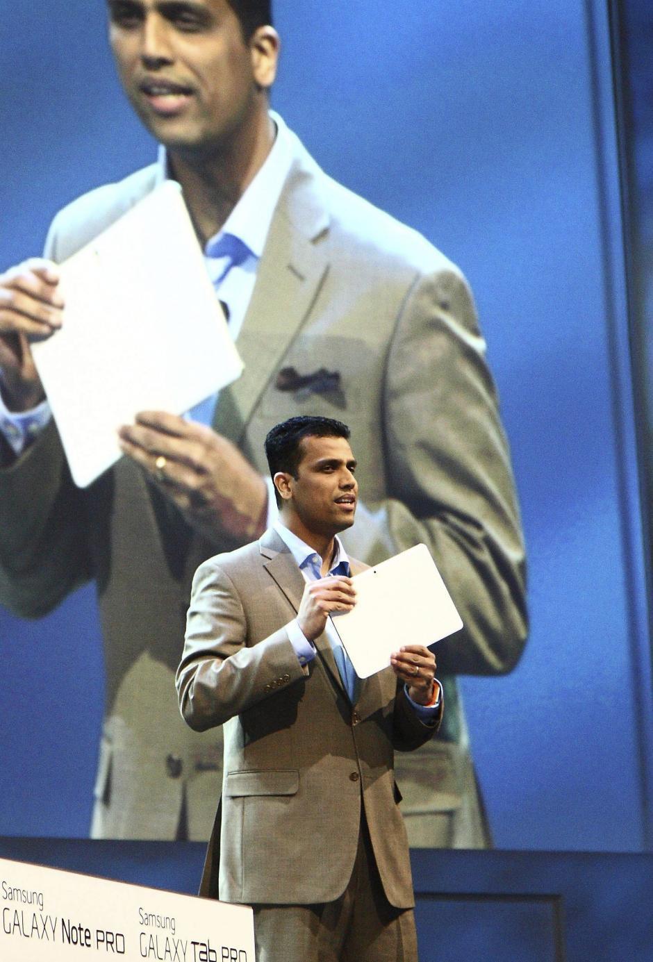El vicepresidente de Samsung Electronics Co. en Estados Unidos, Nanda Ramachandran, presenta la nueva tableta PC de 12,2 pulgadas en la Feria Internacional de Electrónica de Consumo (CES), en Las Vegas (Foto: EFE/Yonhap)