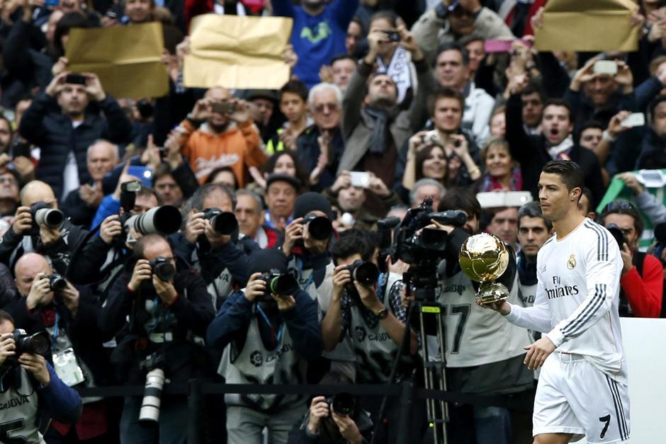 Previo al juego ante el Granada, Cristiano Ronaldo salió a ofrecer el Balón de Oro a los madridistas asistentes al estadio Santiago Bernabéu. (Foto: Javier Lizón/EFE)
