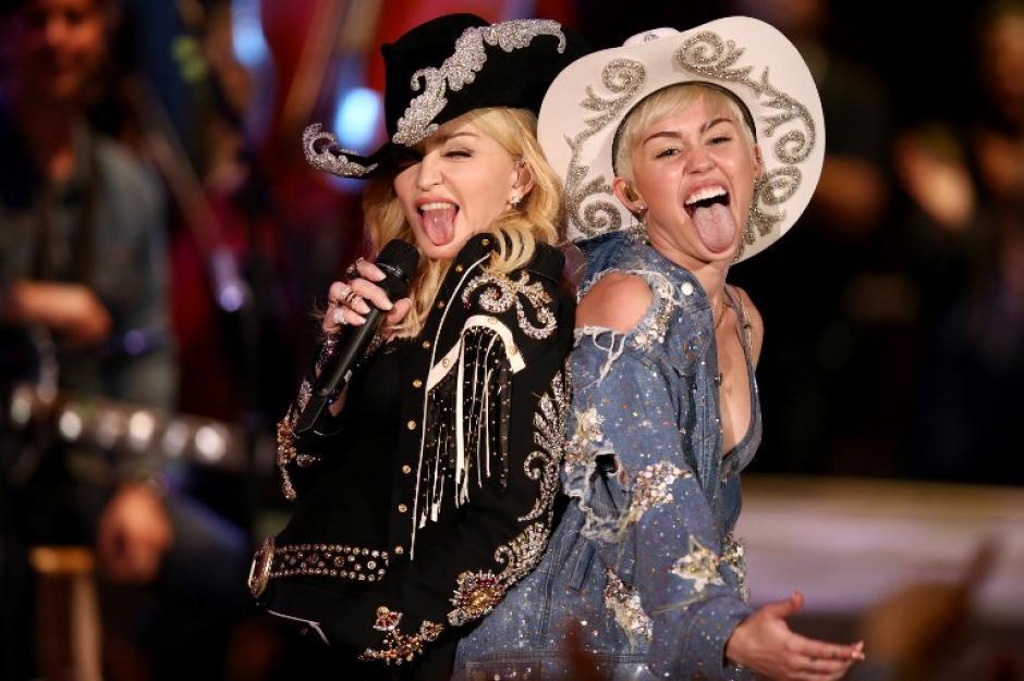 """Madonna y Miley Cyrus en el escenario durante """"Miley Cyrus: MTV Unplugged"""" (Foto: AFP)"""