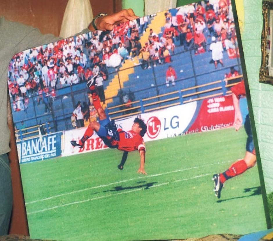 """El 30 de enero de 1999, Carlos Ruiz hizo uno de los mejores goles en su carrera, se inventó una chilena ante Sacachispas con asistencia de Germán el """"Chino"""" Ruano. Para poner en un cuadro, como aparece en la imagen. (Foto: Archivo/Nuestro Diario)"""