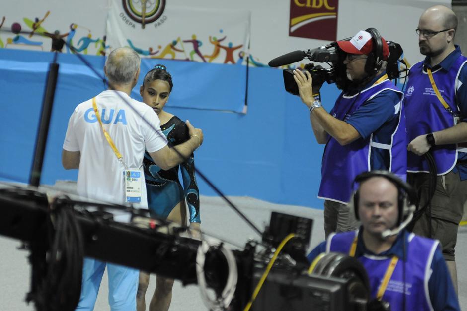 Ana Sofía es consolada por su entrenador, el rumano Adrián Boboc.