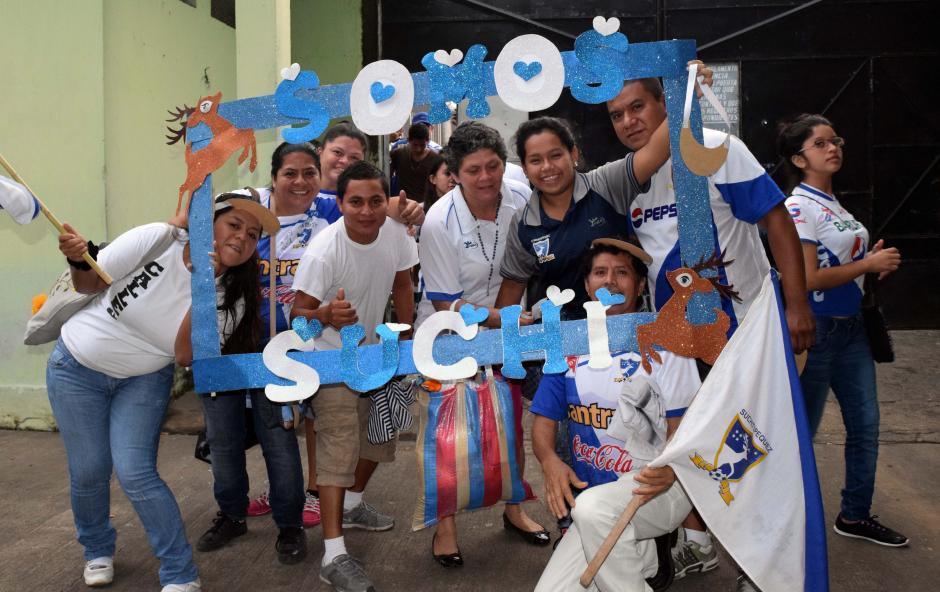 La familia Pérez Casasola llegó desde las dos de la mañana para buscar un lugar perfecto para apoyar a Suchi. (Foto: Nuestro Diario)