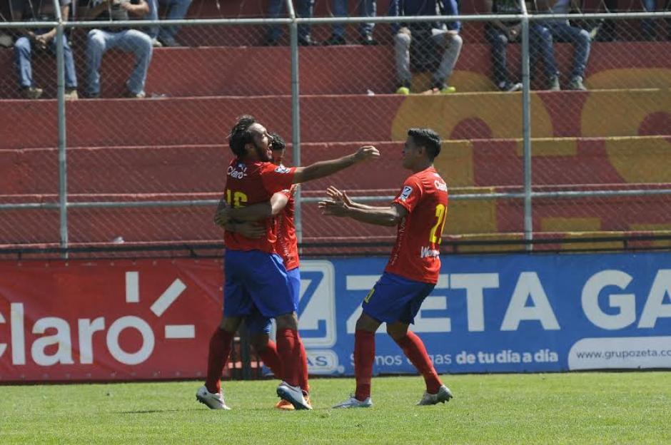 Puerari y Pereira anotaron para Municipal ante Xelajú en el Trébol. (Foto: Nuestro Diario)