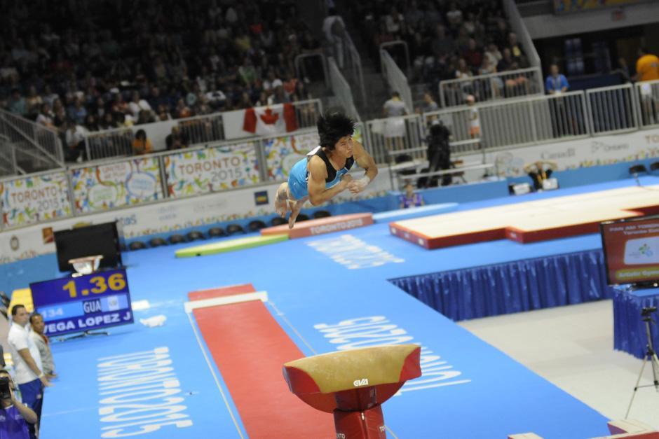 El medallista Jorge Vega durante su rutina en salto al potro