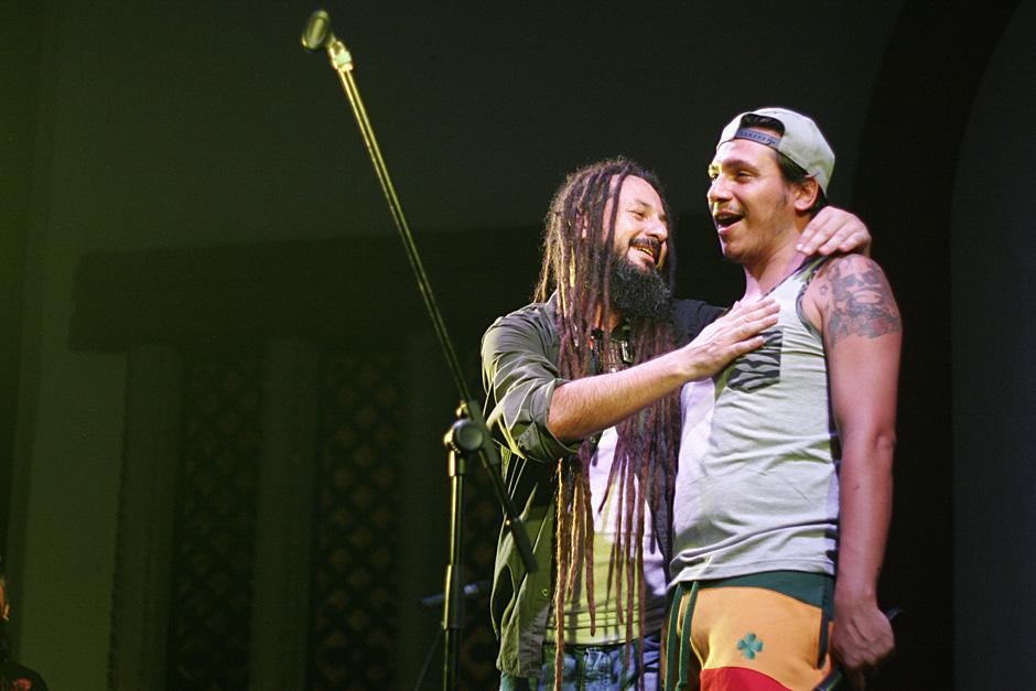 Los vocalistas de Nonpalidece y Rebelion tuvieron una actuación en conjnto para el final del concierto por los 10 años de Reggae Vibes. (Foto: José Dávila/Soy502)
