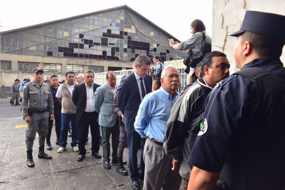 Larga fila hicieron los implicados en el caso Cooptación del Estado a su llegada a la Torre de Tribunales. (Foto: Jesús Alfonso/Soy502)