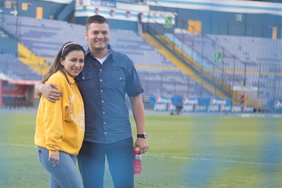 Christian vino desde Colombia para pedirle matrimonio a Marbella durante el clásico 291 entre cremas y rojos. (Foto: José Dávila/Soy502)