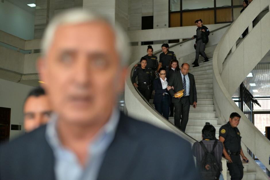 Otto Pérez y Baldetti salen del edificio de la CSJ al concluir el día 13 de la audiencia Cooptación del Estado. (Foto: Wilder López/Soy502)