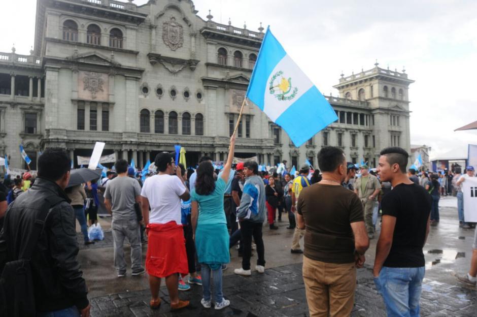 Los manifestantes llevaron pancartas y banderas a la Plaza de la Constitución. (Foto: Alejandro Balán/Soy502)