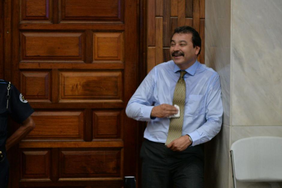 El abogado César Calderón terminó con exceso de transpiración al terminar los alegatos de defensa a favor de Otto Pérez. (Foto: Wilder López/Soy502)