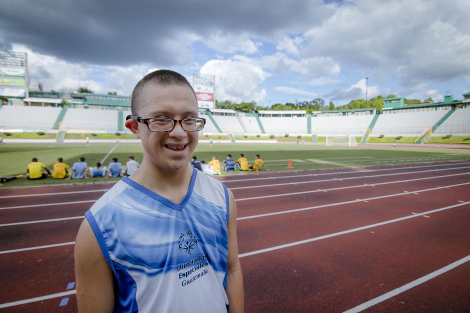 Gracias a la Fundación Margarita Tejada, Edgar Danilo Rodas Canté entrena todos los días en el Estadio para competir en las Olimpíadas Especial de Guatremala. (Foto: Soy502)
