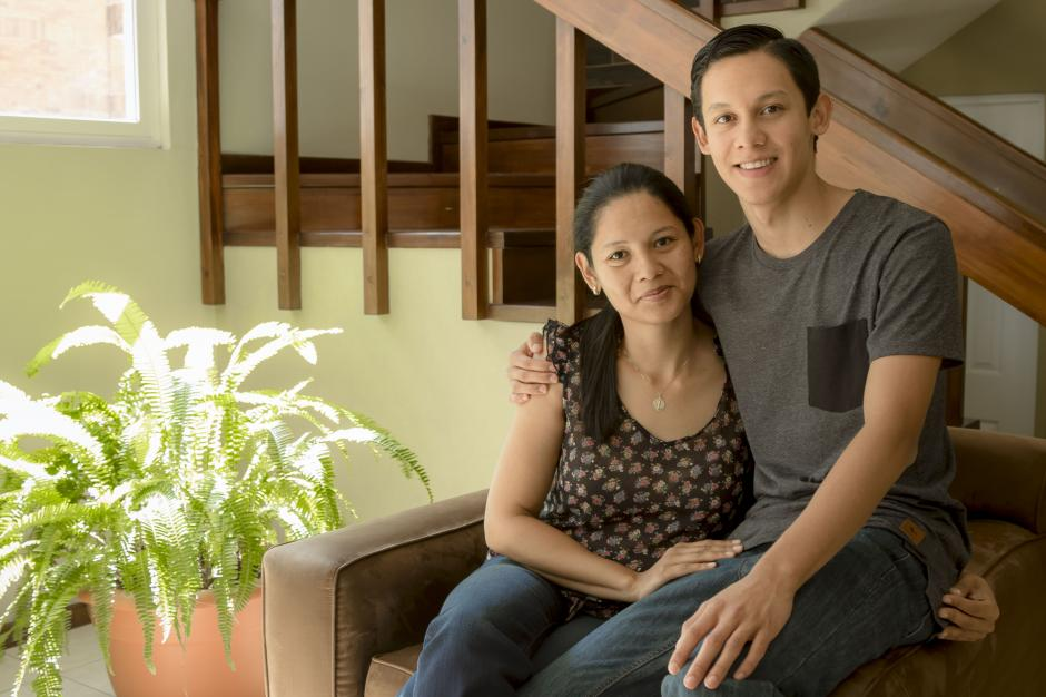 Rodrigo Urrutia, junto a su madre, quien ha sido uno de sus pilares para enfocarse y lograr ser así el campeón nacional de las Olimpiadas de Matemática.(Foto: Magui Medina/Soy502)