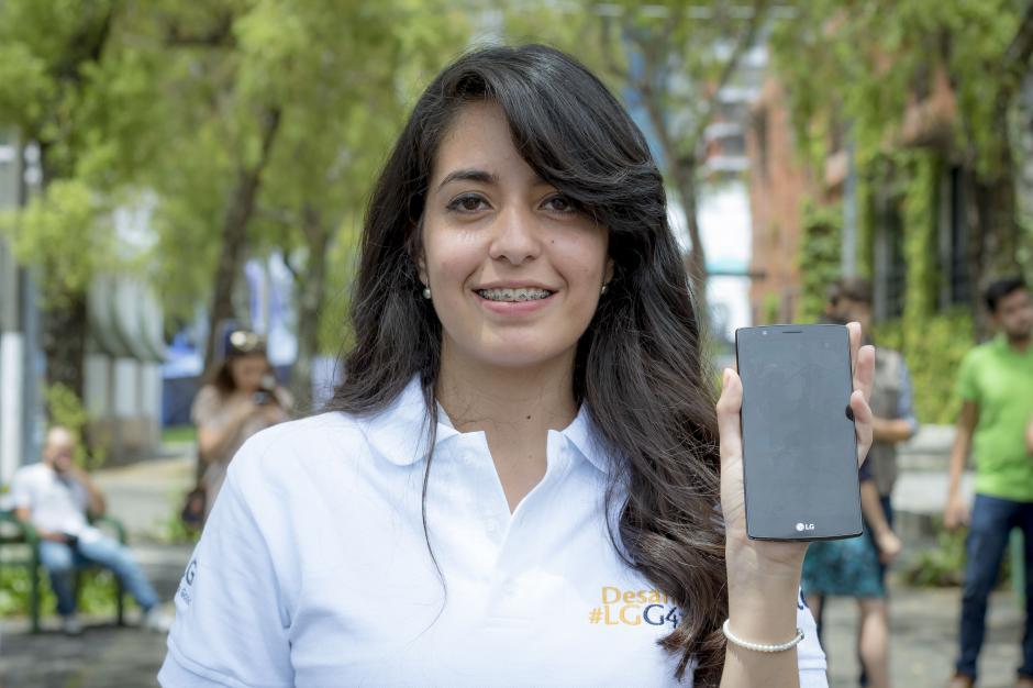 Manuela Ramírez (@cebraderayas) mostrando el nuevo LG G4 de Tigo, con el que los instagramers realizaron las fotografías. (Foto: Soy 502)