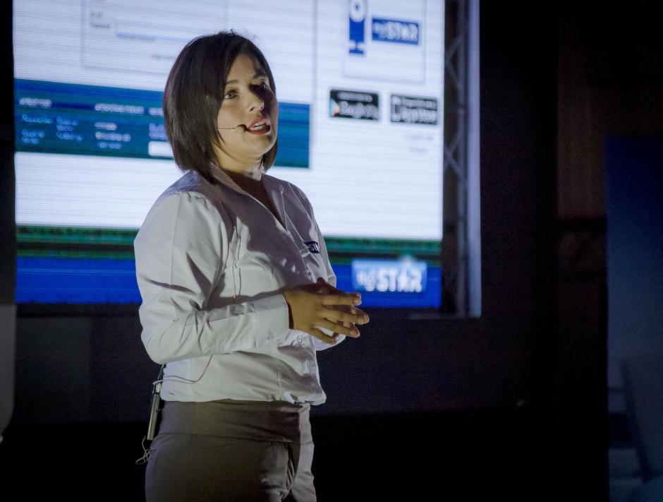 Paola Sánchez, directora consumer de Tigo Star, explicó los beneficios que este sistema de vigilancia ofrece a los hogares guatemaltecos. (Foto: Eddie Lara/Soy502)