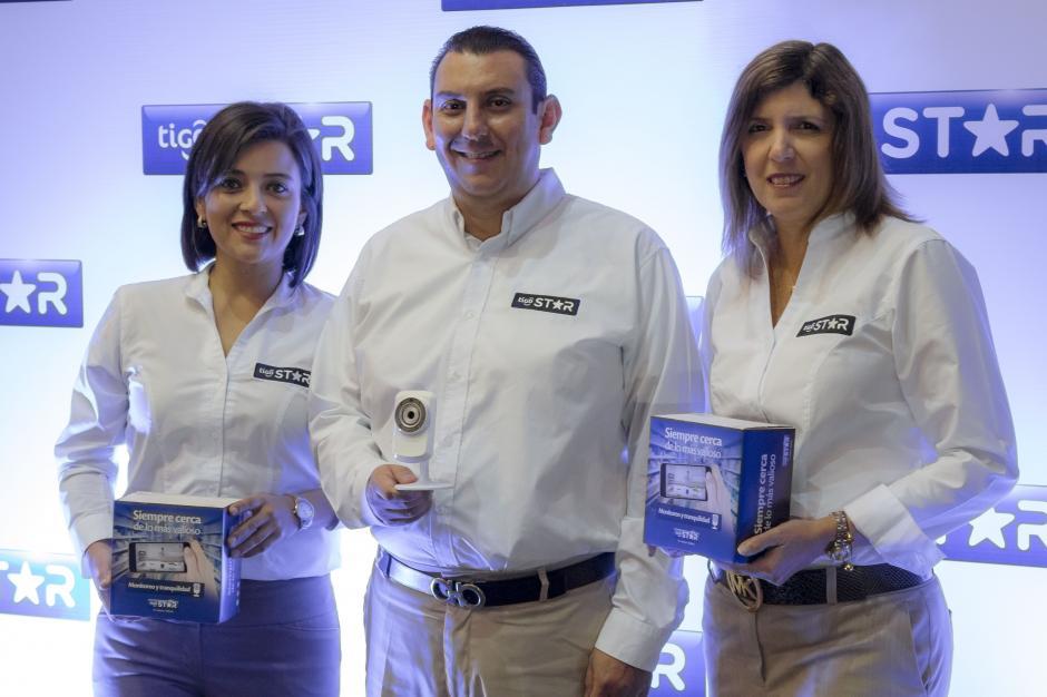 De izquierda a derecha: Paola Sánchez, directora de consumer; Marvin Martínez, director; y María Ximena Rodríguez, directora de mercadeo de Tigo Star. (Foto: Eddie Lara/Soy502)
