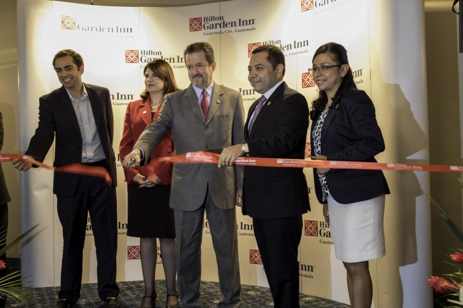 Adrian Kurre, director global de Hilton Garden Inn, cortando el listón en la apertura del primer hotel de la cadena en Guatemala.(Foto: Marcelo Jiménez/Soy502)