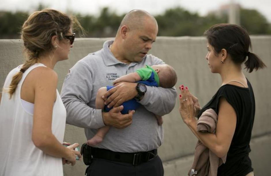 Tras varios minutos el pequeño volvió a respirar. (Foto: Al Díaz/Miami Herald Staff)