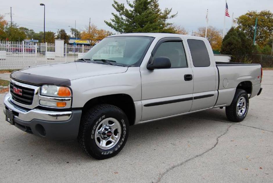 Un pickup GMC modelo 2004 también se encuentra entre los vehículos que hacen falta en la colección. (Foto:admiralmotors.com)