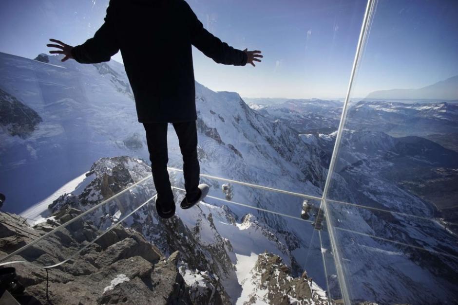 La foto se explica por si misma: este es el nuevo mirador situado en los Alpes en Francia, a casi 4 mil metros de altura, que fue inaugurado este 21 de diciembre. El Chamonix Skywalk es una estructura con paredes de cristal, y los visitantes pueden caminar sobre ella, con una sensación de estar colgado sobre el abismo. (Foto: AFP)