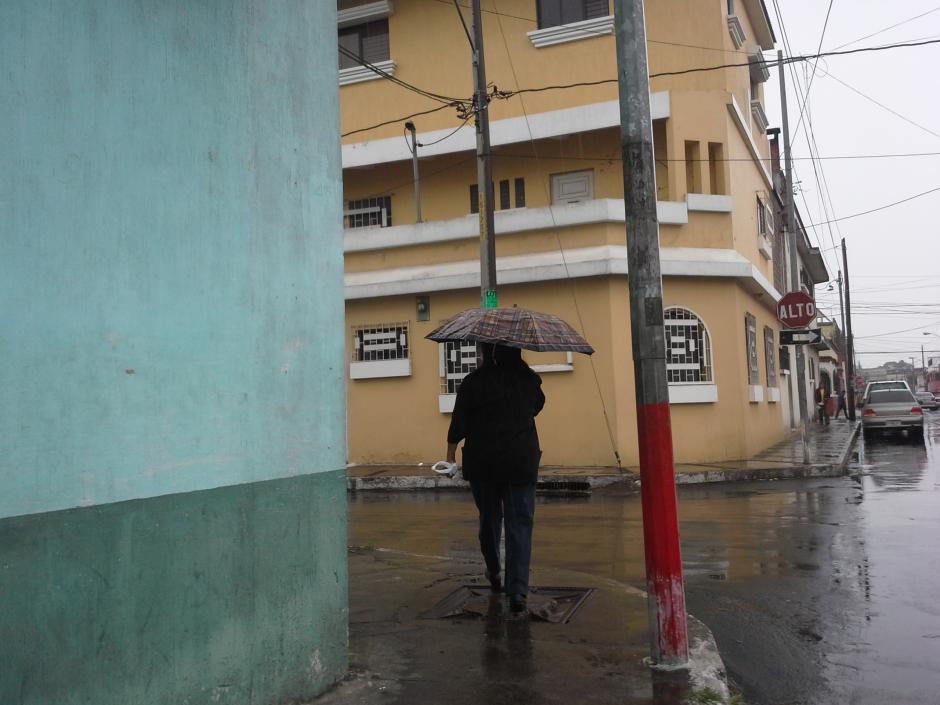 Los capitalinos han tenido que abrigarse durante el Miércoles Santo a causa del Frente Frío. (Foto: Evelyn de León/Soy502)