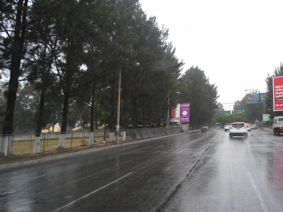 La lluvia ha dejado el asfalto mojado, la Policía Municipal de Tránsito ha pedido precaución a los motoristas y automovilistas para evitar accidentes. (Foto:Evelyn de León/Soy502)
