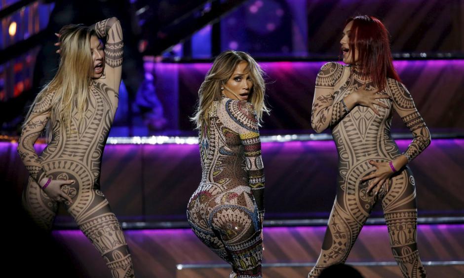 Jennifer López lució esplendida en los AMA, aunque una de sus bailarinas sufrió un percance de vestuario.