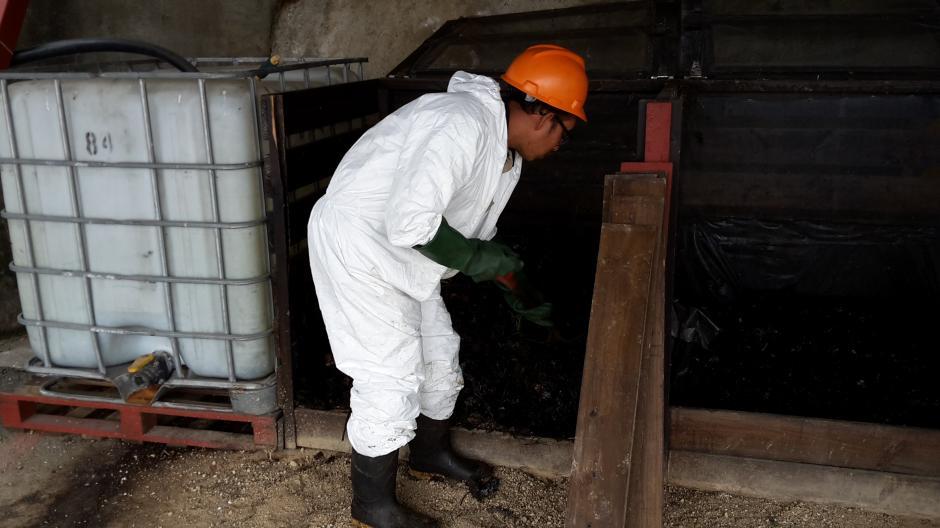 Los encargados del proyecto revuelven a diario los desechos para que se puedan oxigenar y las bacterias puedan actuar eficientemente. (Foto: Cortesía de Juan Pablo López)