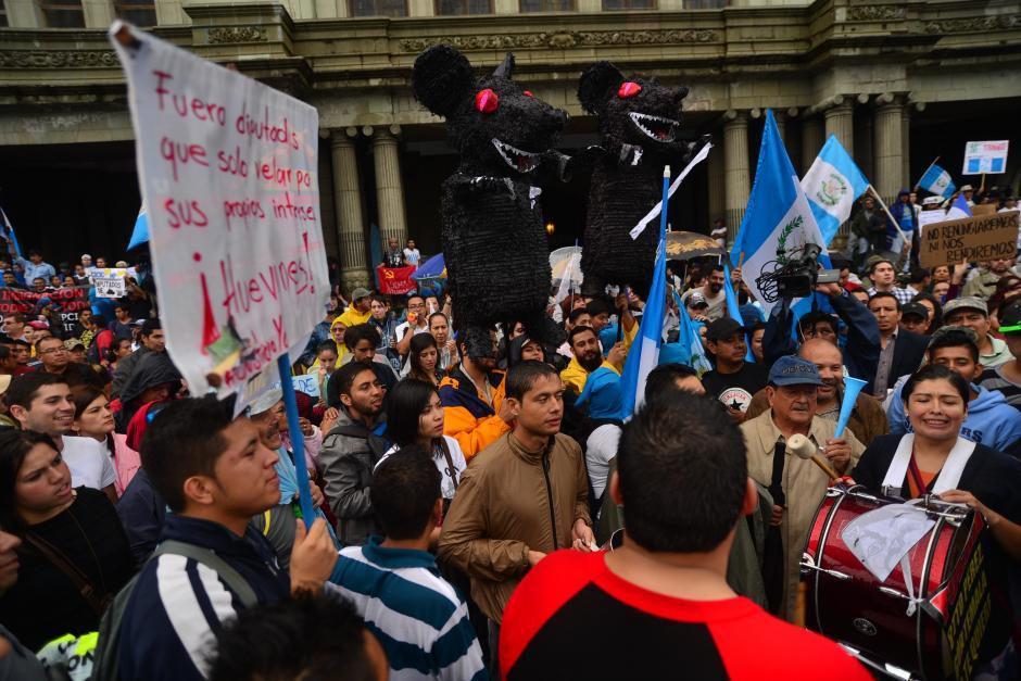 Piñatas de ratas fueron utilizadas para denunciar a funcionarios corruptos. (Foto: Wilder López/Soy502)