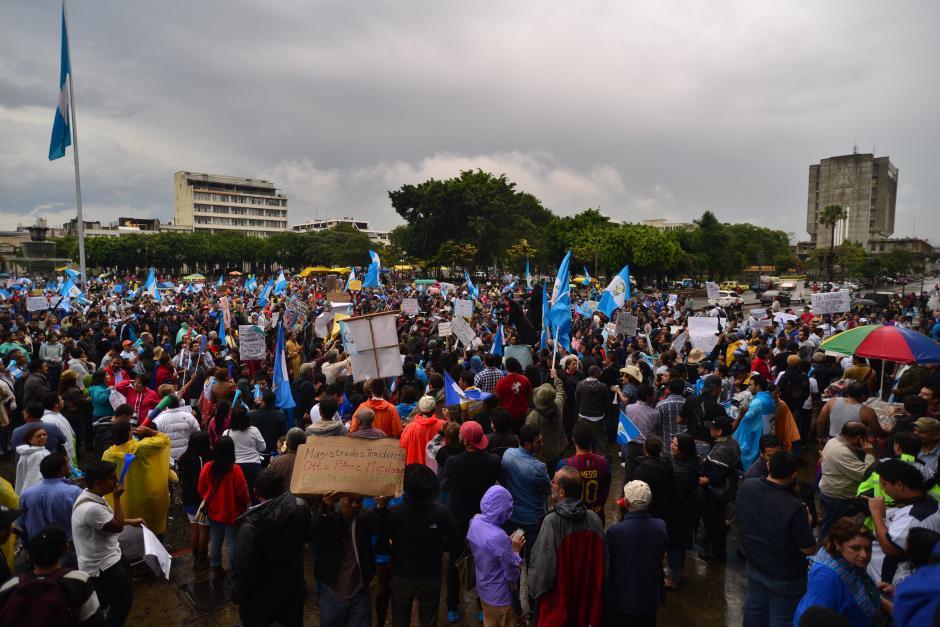 De nuevo guatemaltecos inconformes con la corrupción en el gobierno tomaron la Plaza de la Constitución. (Foto: Wilder López/Soy502)