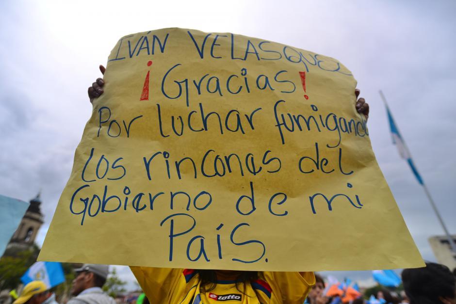 Una chica con la camisola de la selección colombiana sostiene un cartel en apoyo al Comisionado de CICIG, Iván Velásquez. (Foto: Wilder López/Soy502)