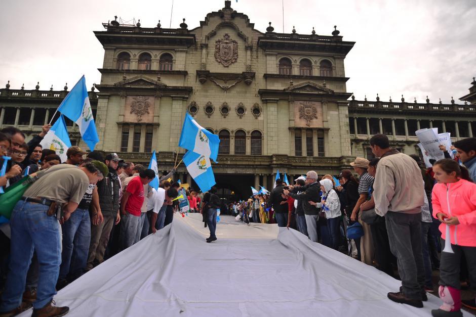 Como parte de las actividades estudiantes de la USAC colocaron una lona blanca gigante para que todos los presentes colocaran demandas al presidente Otto Pérez Molina. (Foto: Wilder López/Soy502)