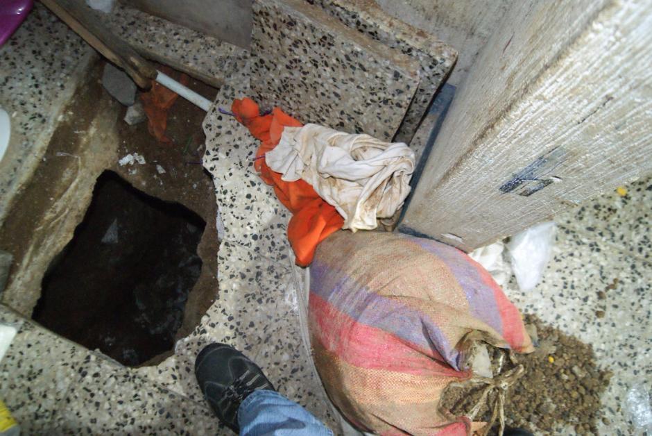 Vista del agujero que reos cavaron en el baño de una celda de la cárcel Fraijanes I, la tierra era escondida en bolsas utilizadas para hacer el mercado. (Foto: Sistema Penitenciario)