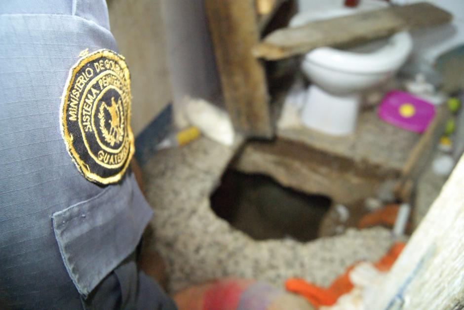 """El agujero era excavado a la orilla del sanitario, al estilo de la túnel cavado para la fuga de Joaquín """"El Chapo"""" Guzmán. (Foto: Sistema Penitenciario)"""
