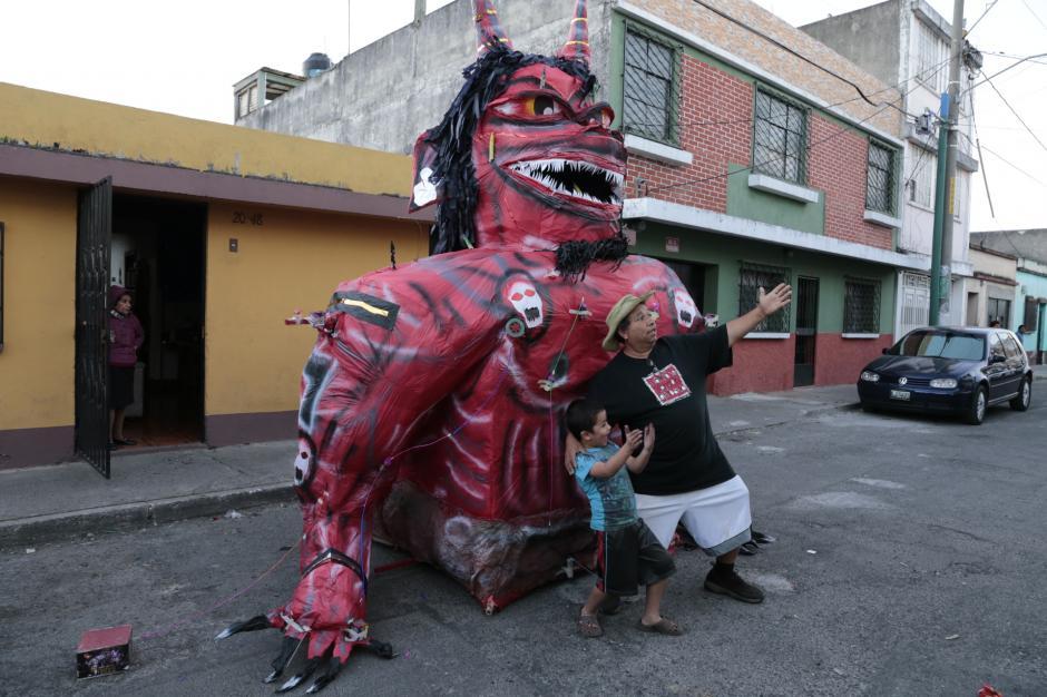 Las personas disfrutaron de la tradición y algunos optaron por retratarse en el diablo gigantesco. (Foto: Danilo Ramírez)