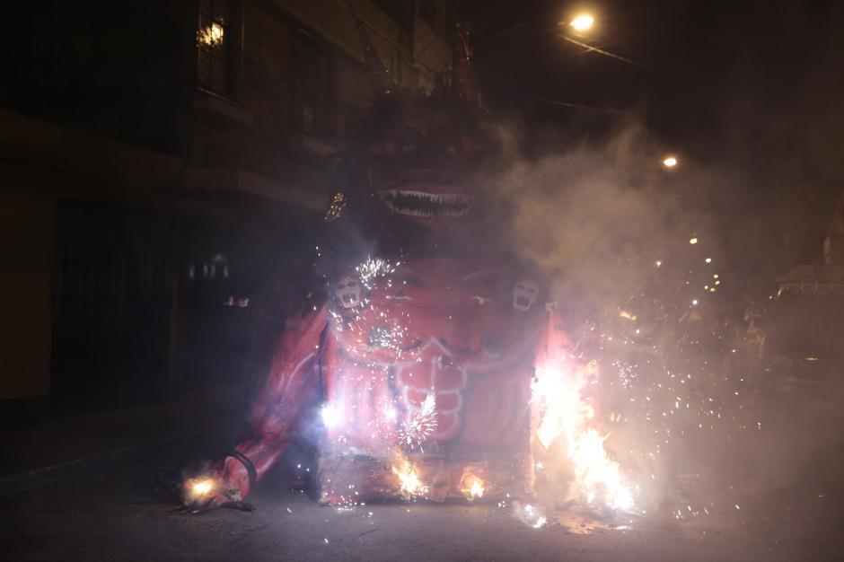 La tradicional Quema del Diablo se llevó a cabo en las calles del país, una piñata gigante fue quemada en la zona 5, capitalina. (Foto: Danilo Ramírez)